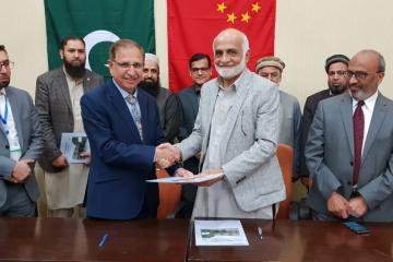 02-VC KMU Prof. Dr. Arshad Javaid & Dr. Zial ul Hassan are shaking hands during MOU signing ceremony between KMU and AIMS Pakistan (Custom)1554092220.jpg