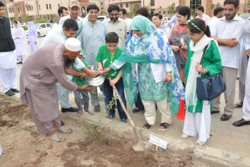 4.Children are planting  tree during  opening ceremony of tree plantation compaign at KMU (Custom)1534403633.JPG